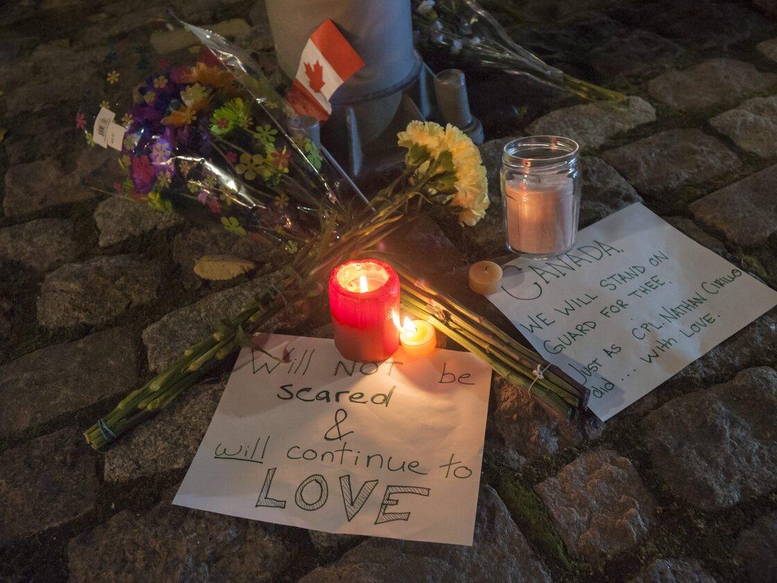 Un mémorial de fortune situé dans une rue du centre-ville un pâté de maisons de Monument commémoratif de guerre du Canada à Ottawa pour rappeler soldat canadien Nathan Cirillo, qui a été abattu par un agresseur mercredi.
