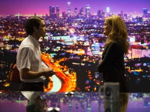 When Lou (Gyllenhaal) starts shooting crime scenes, he finds a business partner in TV executive Nina Romina (Rene Russo).