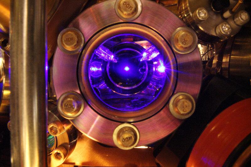 Atomi di stronzio che galleggiano nel centro di questa foto sono il cuore di orologio più preciso del mondo.  L'orologio è così preciso che possa rilevare piccoli cambiamenti nel flusso del tempo stesso.