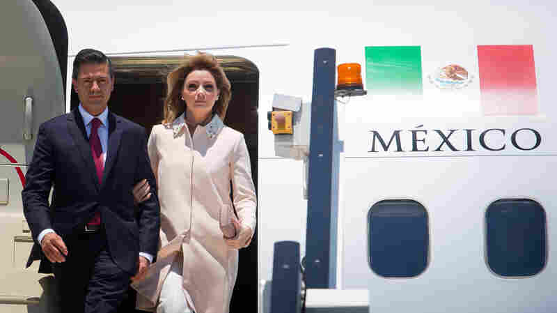 Mexico's President Enrique Peña Nieto and first lady Angélica Rivera arrive in Brisbane, Australia, on Nov. 14 for the G20 summit.