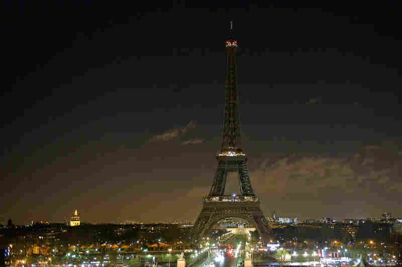 As a tribute for the victims of Wednesday's attack on the French satirical magazine Charlie Hebdo the lights of the Eiffel Tower were turned off for five minutes at 8 p.m. local time on Thursday. French authorities are searching for two brothers suspected in the attack.