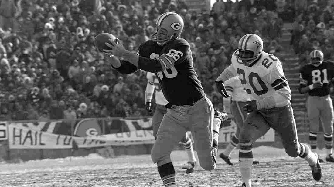 """Boyd Dowler of the Green Bay Packers grabs a Bart Starr touchdown pass in the NFL championship game on Dec. 31, 1967. The """"Ice Bowl,"""" played in frigid temperatures, was won by the Packers 21-17."""