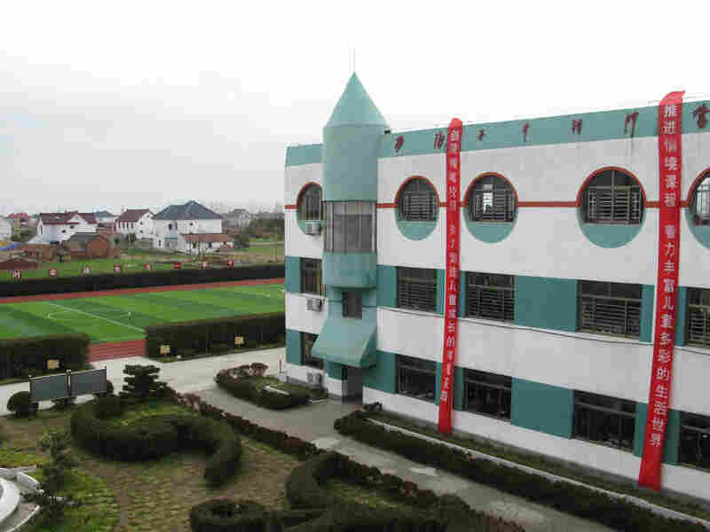 This is the last remaining elementary school in Rudong County's Yangkou Township, the result of mergers due to declining school-age population and migration.