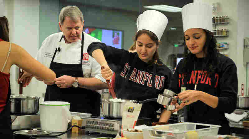 Chef David Iott explains the perfect way to prepare risotto to Stanford students.