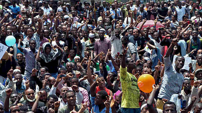 Thousands of Ethiopian opposition activists demonstrate in Addis Ababa on June 2, 2013. The demonstrations were organized by the newly formed Blue Party opposition group.