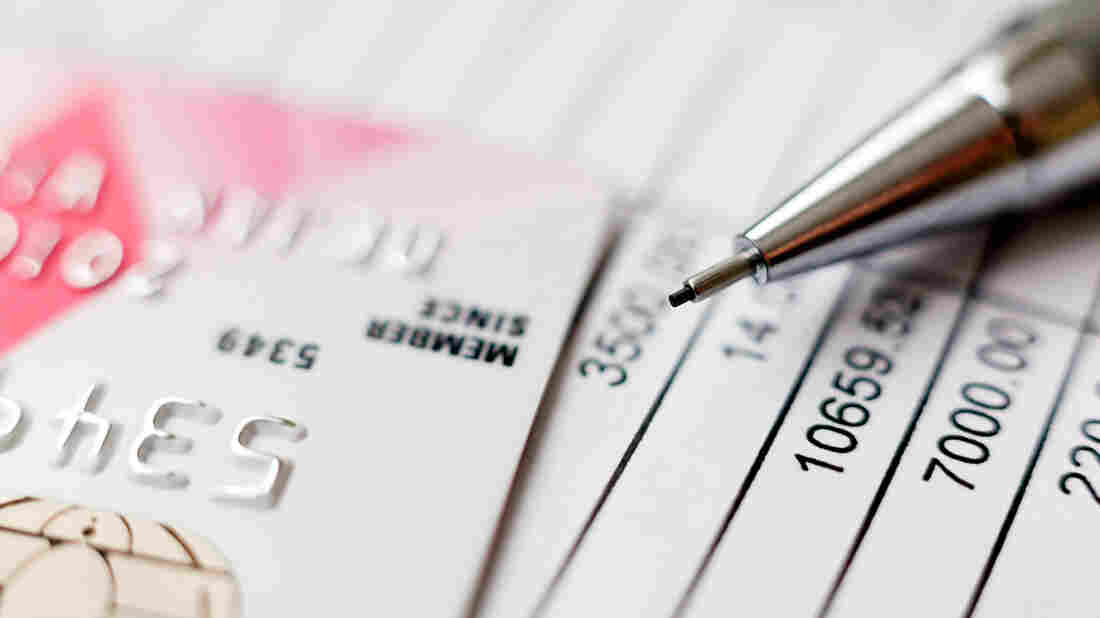 Credit ratings agencies have agreed to give consumers more time to settle health debts before adding them to reports.