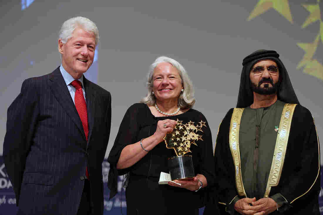 Nancie Atwell (center) poses with former U.S. President Bill Clinton (left) and Sheikh Mohammed bin Rashid Al Maktoum, prime minister of the United Arab Emirates and ruler of Dubai, after she won the $1 million Global Teacher Prize in Dubai on Sunday.