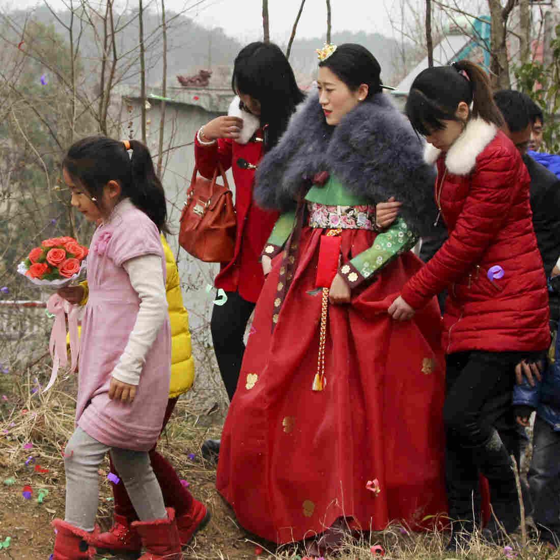 NPR记者驱车800公里送中国新人赴乡村婚礼