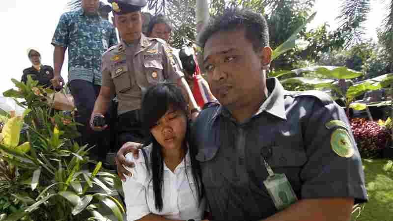 """Mary Jane Fiesta Veloso (center) of the Philippines, is escorted by Indonesian officers during a hearing to appeal her conviction on drug-smuggling charges in Yogyakarta, Indonesia, in March. Veloso is one of three """"Bali Nine"""" inmates who have been told their execution date is imminent."""