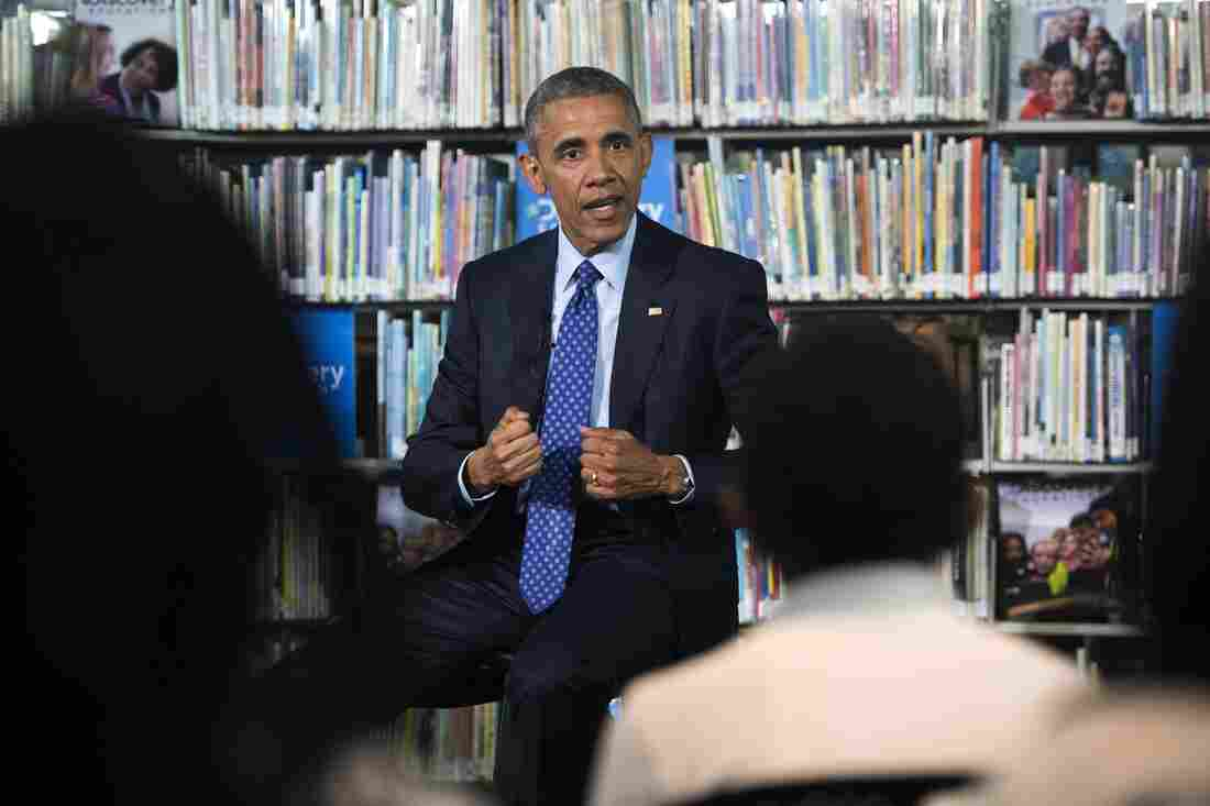 President Obama announced an initiative to give e-books to low-income students while visiting the Anacostia Library in Washington on Thursday.