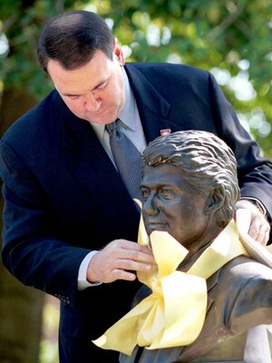 When Mike Huckabee was governor of Arkansas, he tied a yellow ribbon around a bust of President Clinton at the Governor's Mansion. He said he would remove the ribbon when the federal government allows ARKids First to continue enrolling Medicaid-eligible applicants into the program.