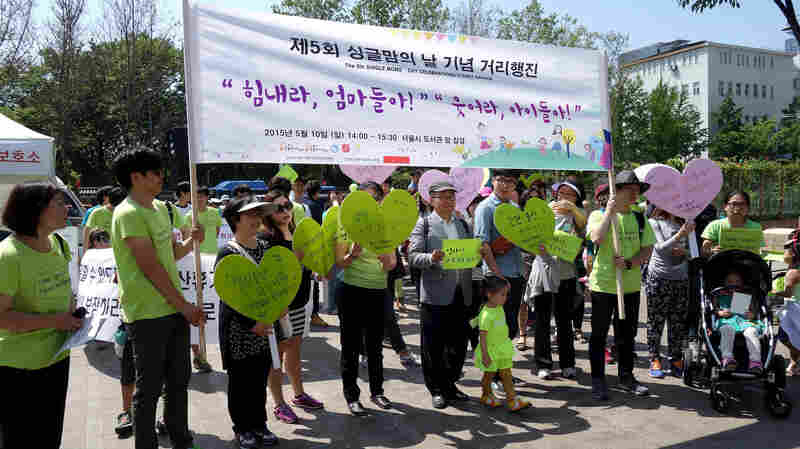 On Sunday, about 70 marchers gathered at Seoul's City Hall Square to raise attention for South Korea's single moms. The annual event is in its fifth year.