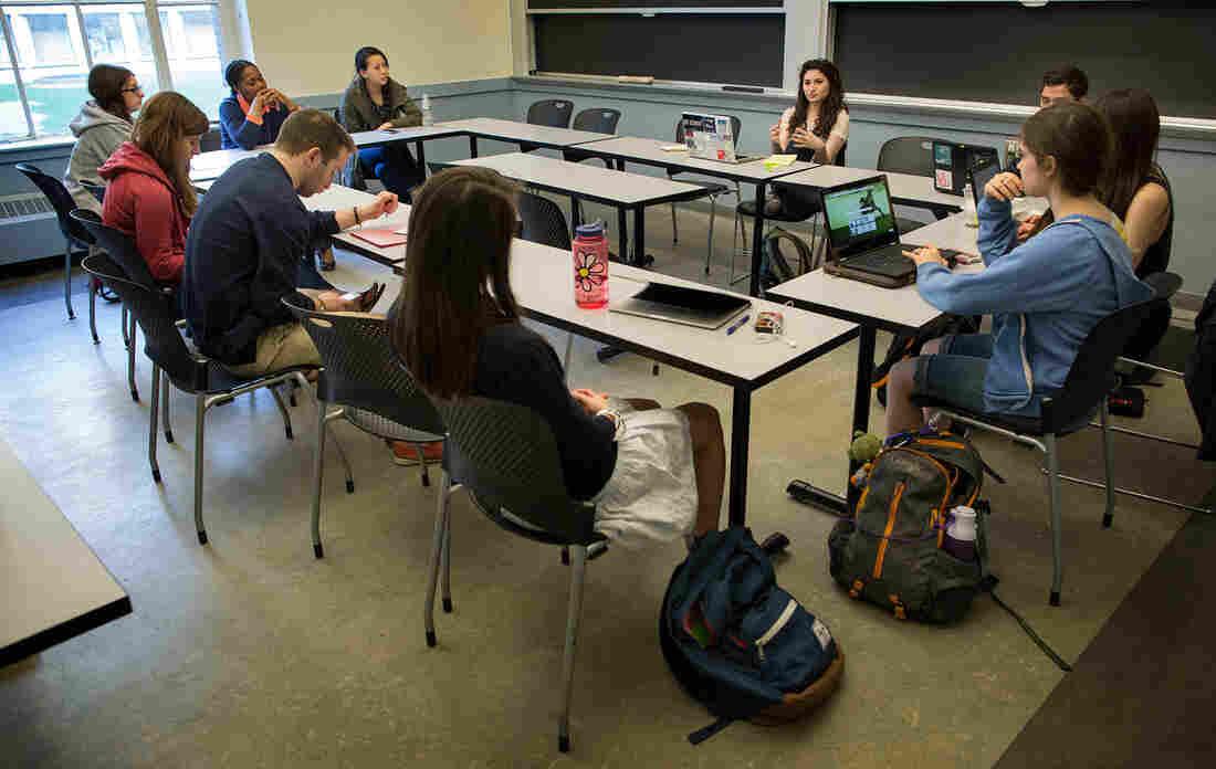 Ariella Yosafat leads an Active Minds meeting at MIT.