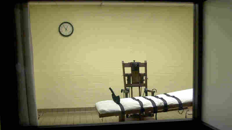 A view of the death chamber from the witness room at the Southern Ohio Correctional Facility shows an electric chair and gurney on Aug. 29, 2001, in Lucasville, Ohio.