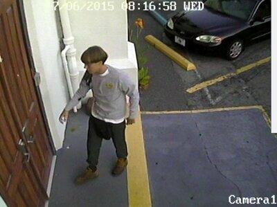 Die Polizei beschrieb die Verdächtigen als weißer Mann in seinen 20ern.  Er wurde gesehen, in die Kirche vor den Dreharbeiten.