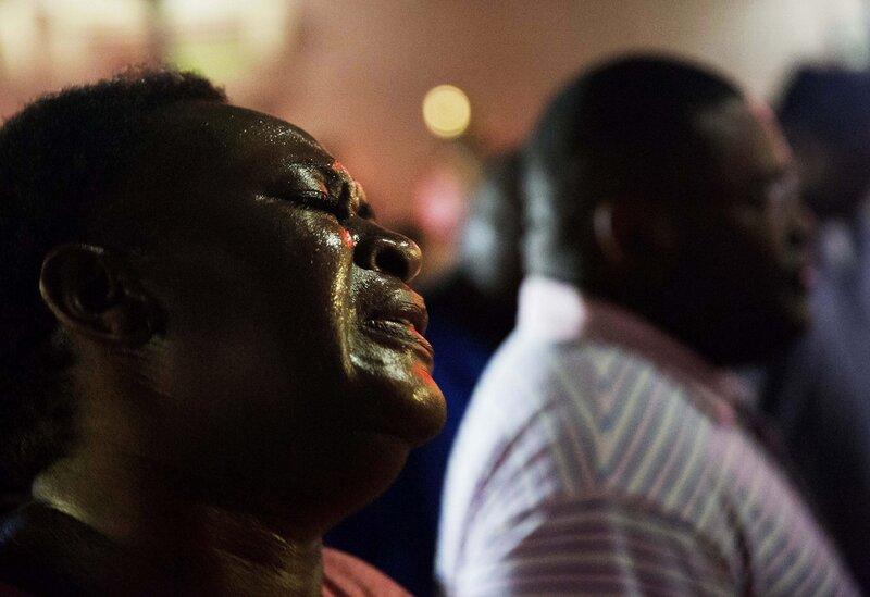 Lisa Doktor schließt sich einer Gebetskreis frühen Donnerstag auf der Straße von der Emanuel AME Church, nach einer Schießerei am Mittwoch Abend in Charleston.