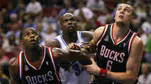 Adonal Foyle (center) plays for the Orlando Magic against the Milwaukee Bucks in 2007.