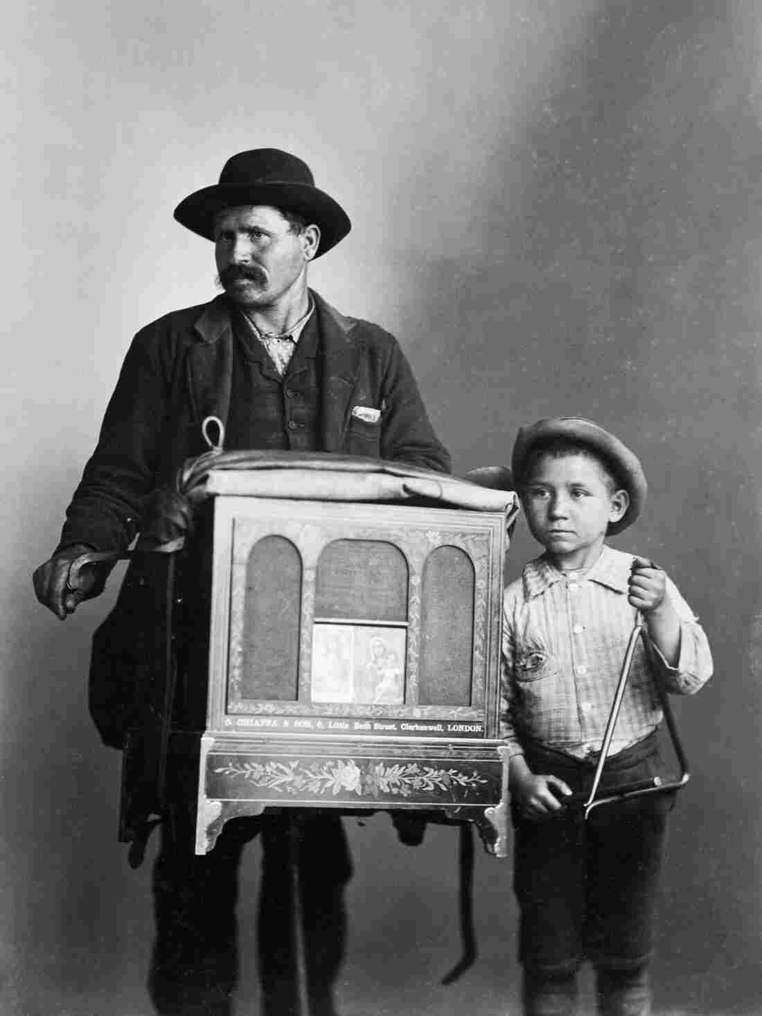 An organ grinder and child in Chicago, 1891.