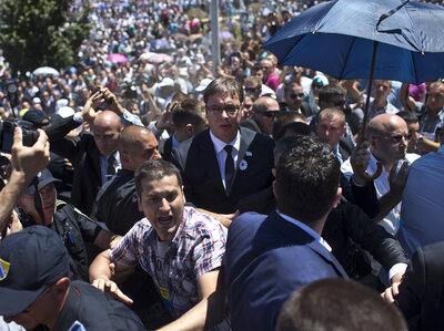 Aleksandar Vučić, premijer, centar Srbije, se vidi u loptu ubacio u memorijalnom kompleksu u Potočarima kod Srebrenice, Bosne i Hercegovine, u subotu.  Vučić je prisustvovao svečanosti obilježavanja dvije decenije od masakra nad 8.000 muškaraca i dječaka bosanskih Muslimana bosanskih Srba.