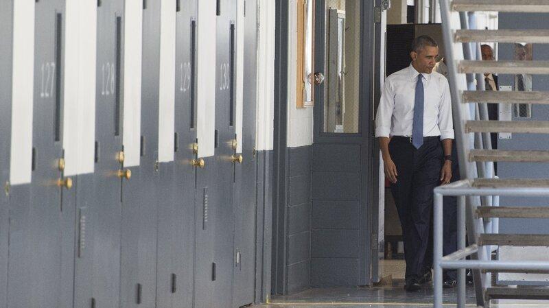 Obama visits prison