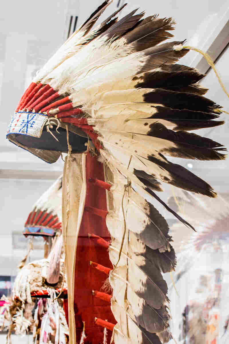 When the reservations were established and peace made between the Apsáalooke and the Lakota, there were frequent visits between the tribes. The result was that Lakota warbonnets, pipebags and even pipes were placed in Crow hands.