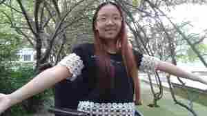 黄梅花, 18岁. 在2008年中国西南方的毁灭性地震中失去了膝盖以下的双腿。今年将要开始高中的最后一年, 这个地方让她学会英语, 参加 SATs (美国高考)并且希望有机会能在美国或者加拿大念书。