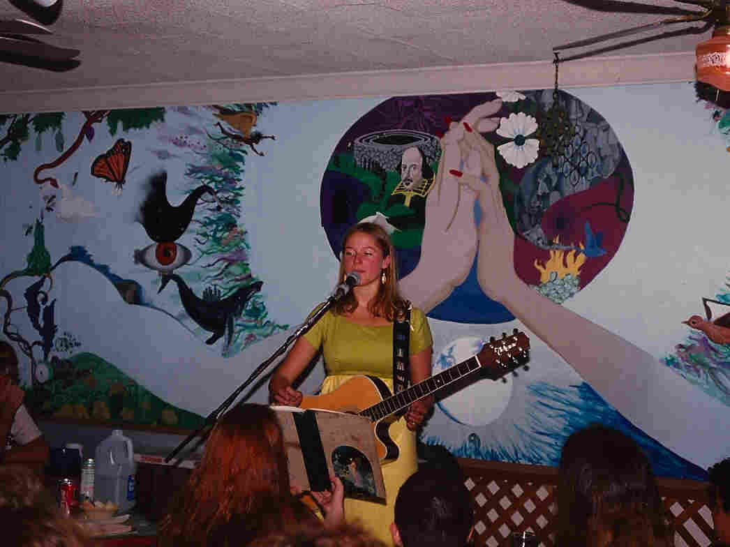 Jewel performing her weekly show at the Inner Change coffee shop in San Diego in 1993.