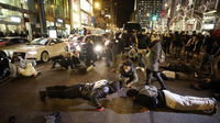 Chicago Protesters Block High-End Stores, Demanding Inquiry Into Shooting