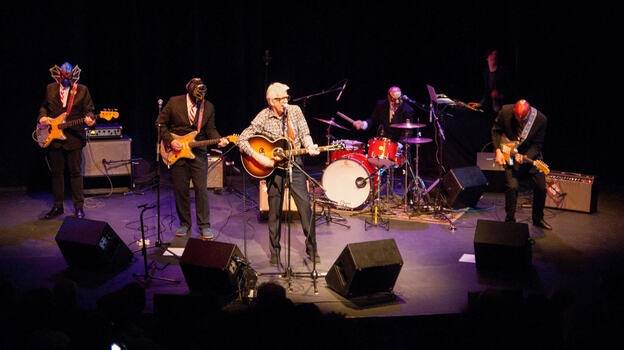 Nick Lowe & Los Straitjackets (Courtesy of the artist)