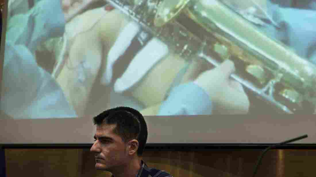 Brain surgery serenade man plays saxophone during tumor removal the
