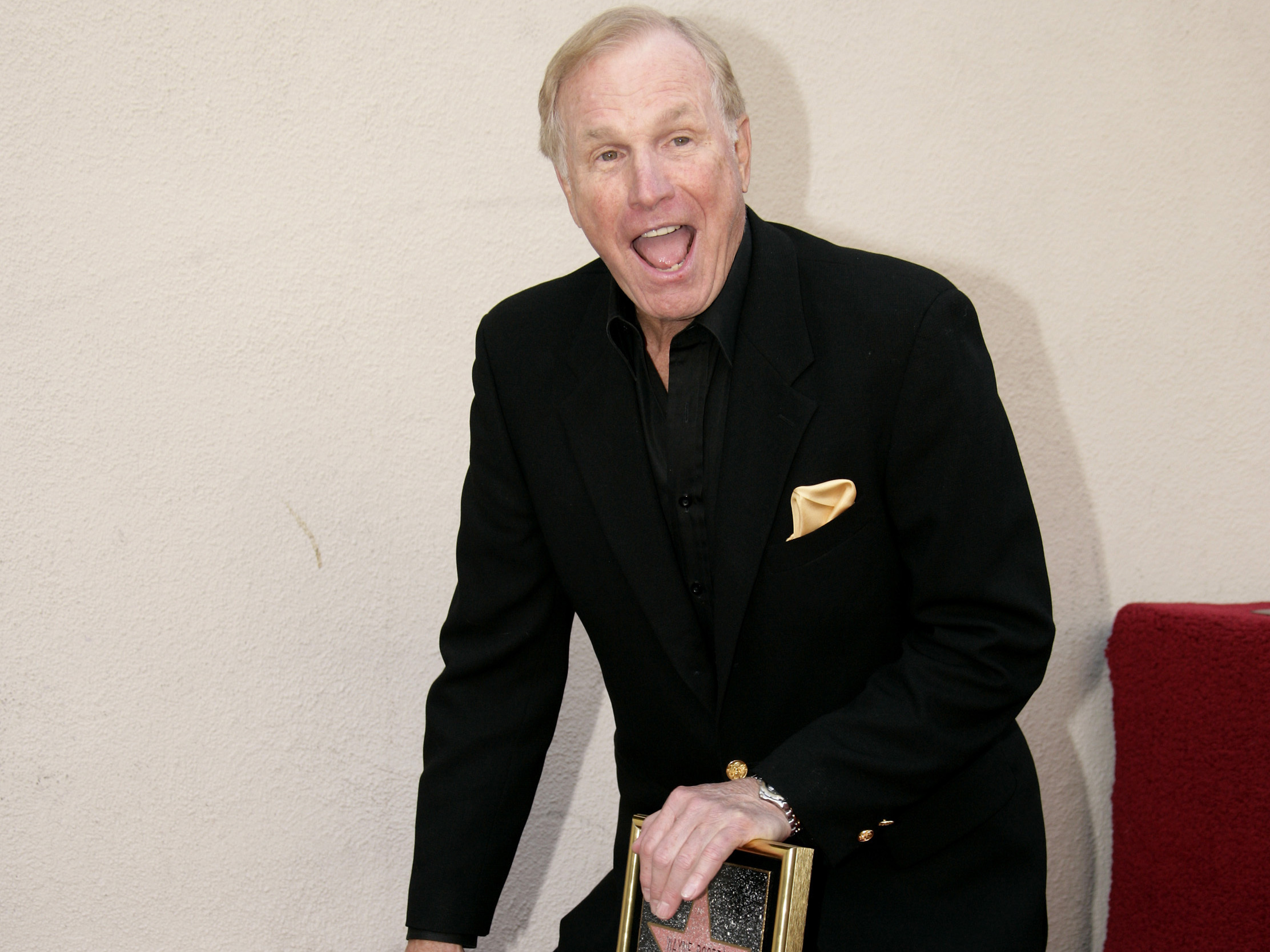 Wayne Rogers, Trapper John on 'MASH' Dies at 82