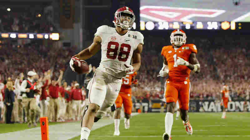 Tight end O.J. Howard of the Alabama Crimson Tide scores a 53-yard touchdown Monday in the third quarter against the Clemson Tigers during the 2016 College Football Playoff National Championship Game in Glendale, Ariz.