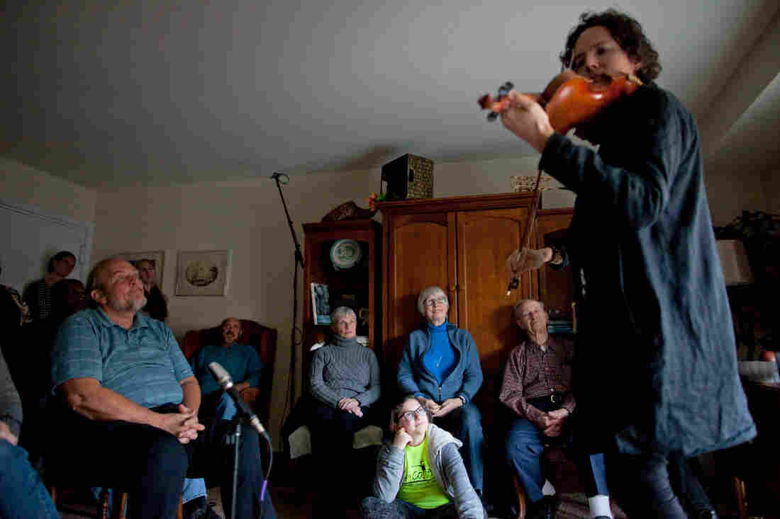 Classical violinist Tim Fain, who played music in the movies Black Swan and Twelve Years A Slave, performs during a concert in Tom Wall's apartment in Annapolis, Md.