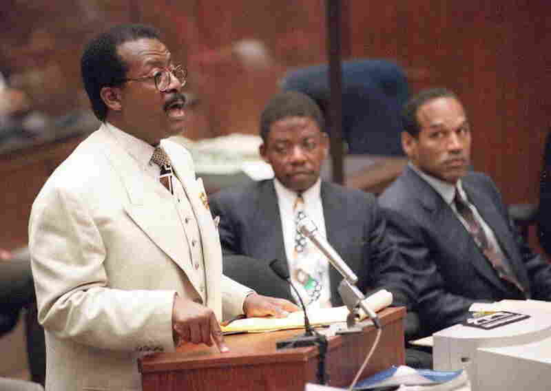 Defense attorney Johnnie Cochran (left) makes an argument in the 1995 murder trial of O.J. Simpson (far right).