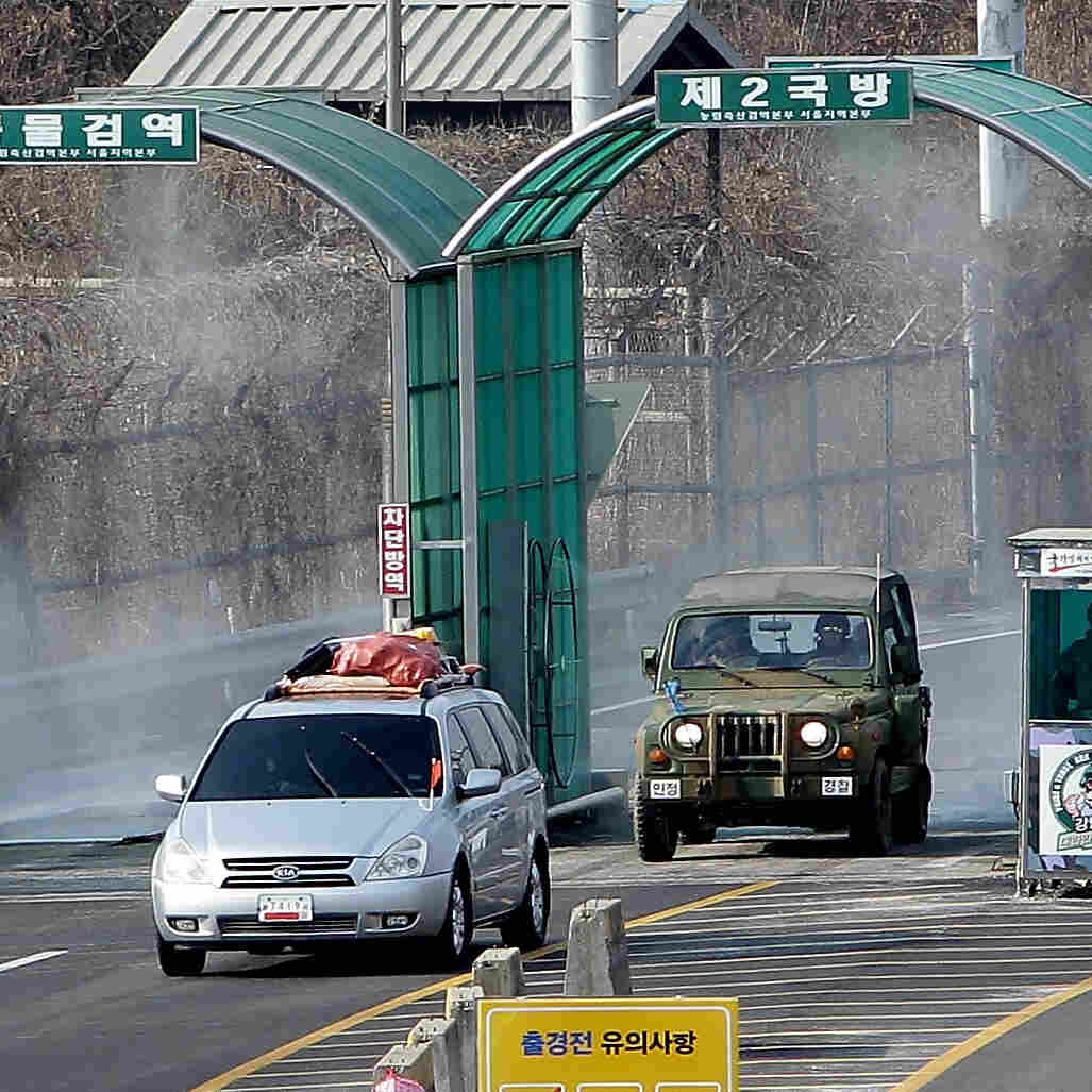 Vehicles that left the Kaesong joint industrial complex in North Korea arrive in Paju, South Korea, Thursday.