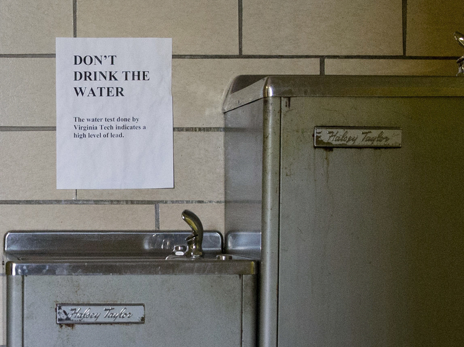 Signs warn not to drink the lead-contaminated water from a water fountain in Flint, Mich. (Jacquelyn Martin/AP)
