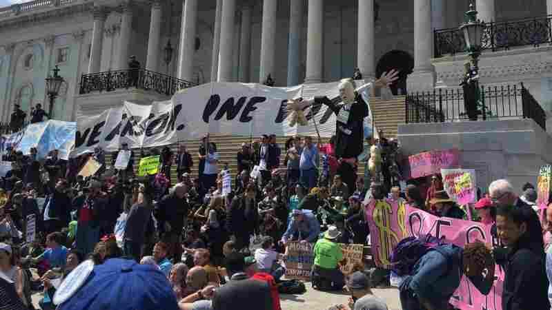 Hundreds Protesting Political System Arrested On Capitol's Steps