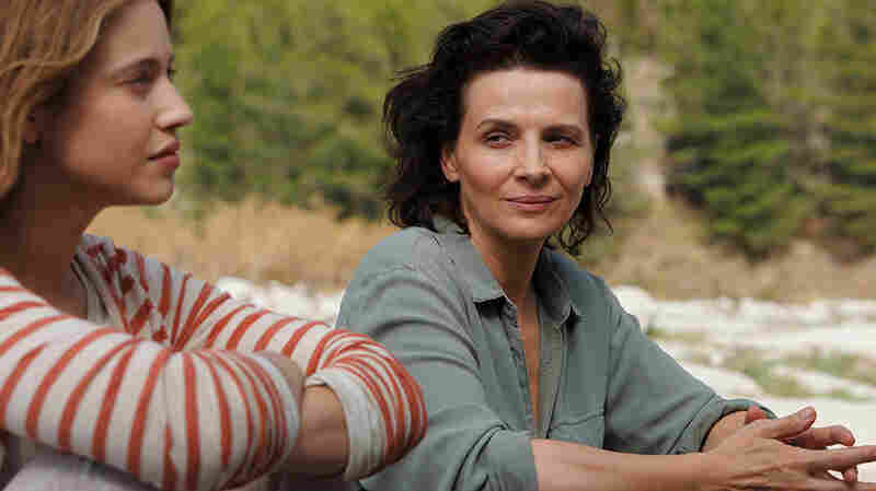 Lou de Laage and Juliette Binoche in L'Attesa (The Wait).