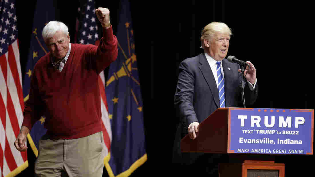 Former Indiana basketball coach Bob Knight raises his fist after talking about Republican presidential candidate Donald Trump...</p>						<div class=