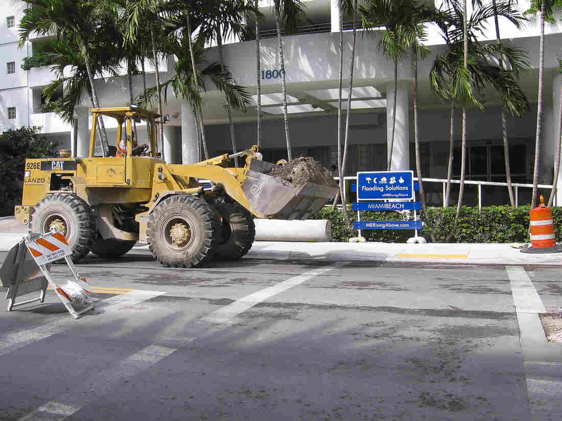 Workers install pumps and storm sewers on Purdy Avenue in Miami Beach.