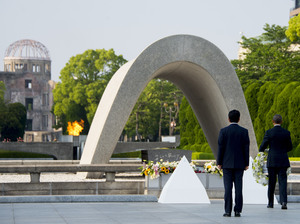 U.S. President Barack Obama and Japanese Prime Minister Shinzo Abe lay wreaths at the Hiroshima Peace Memorial Park in Hiroshima on Friday.