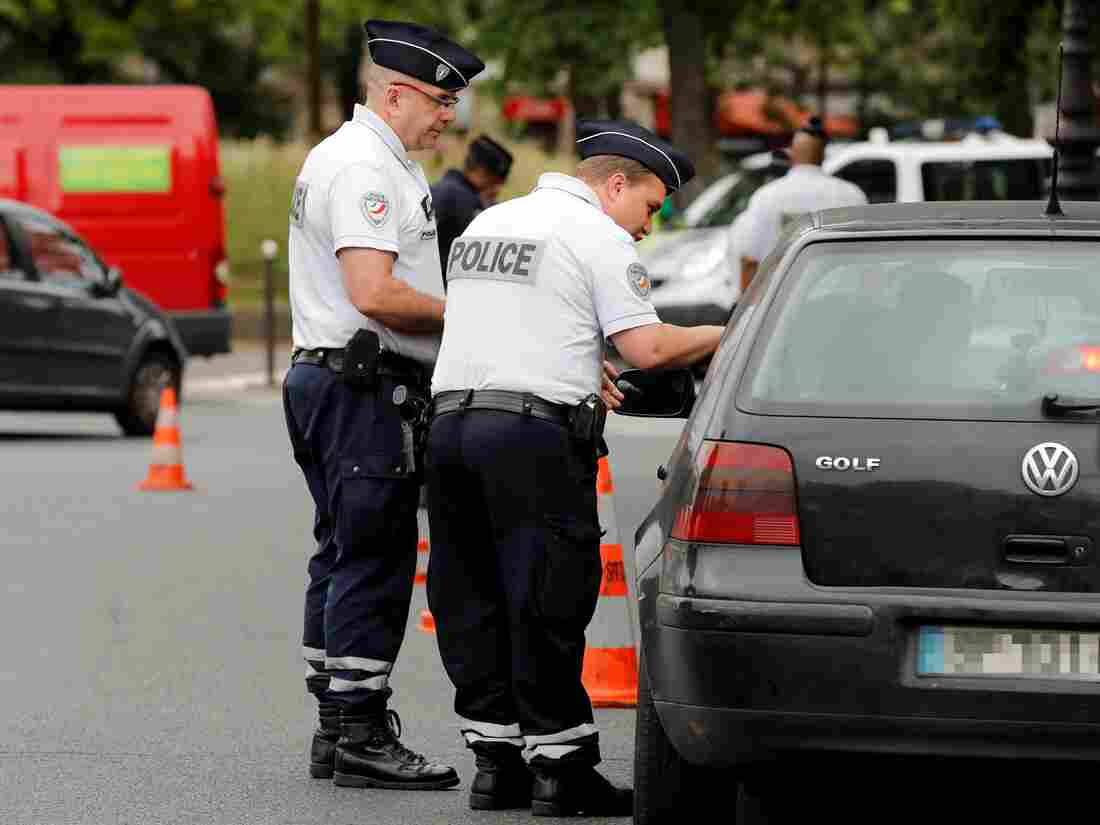 Police unit trade in Paris as partial of new anti-pollution measures directed during punishing vehicles purebred before 1997 that are banned to be driven during a week. Nearly 30 military officers stood ensure on a morning of Jul 1, in a categorical squares of Paris to control and lift recognition among a drivers about a new measures.