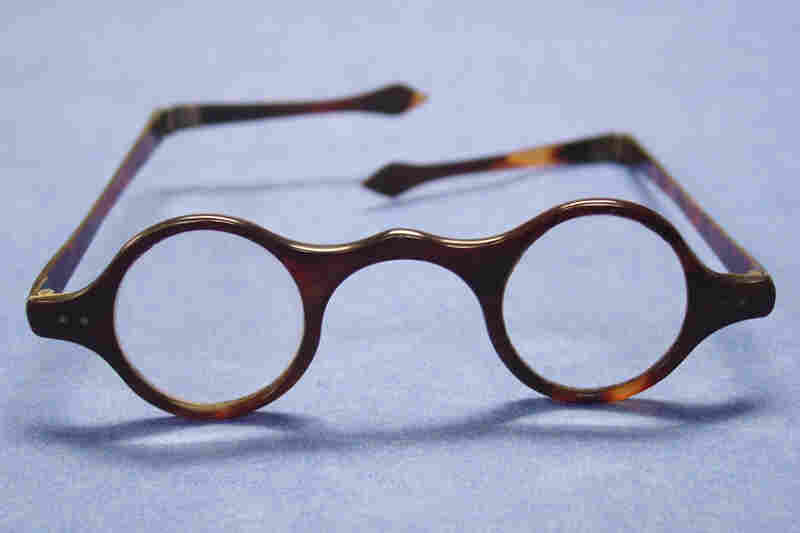 Wig spectacles with tortoiseshell frame. English, circa 1810. To fit around the wigs popular at the time, early temple pieces wrapped around the back of the head
