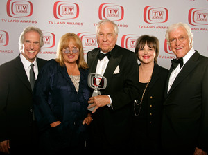 "Actors Henry Winkler (left), Penny Marshall, Writer/producer Garry Marshall, Cindy Williams and Dick Van Dyke pose for a portrait during the ""TV Land Awards"" in 2008."