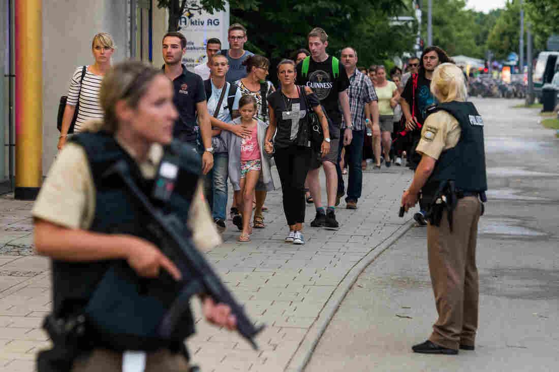 BRD under attack – Terror und Panik: München, Würzburg, Ansbach, Reutlingen Gettyimages-578956178_slide-99662d12b8a011918bd323dd24dc32376599e09c-s1100-c15