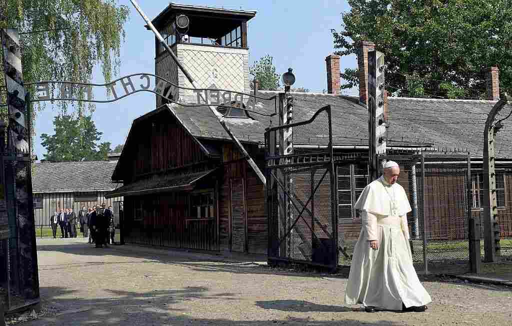 39 forgive us for so much cruelty 39 pope francis visits site for Auschwitz chambre a gaz