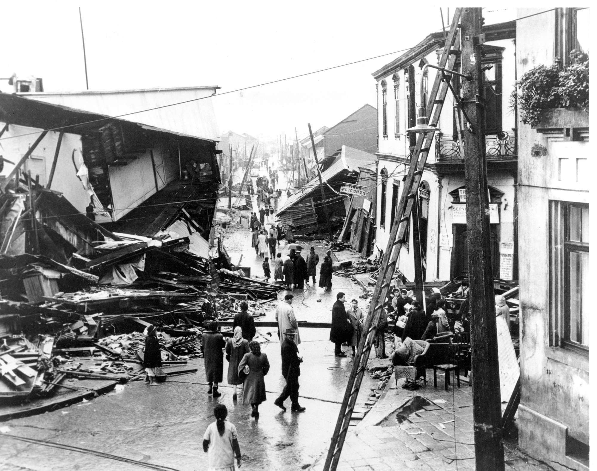 chiles earthquake On this day in 1960, the first tremor of a series hits valdivia, chile by the time they end, the quakes and their aftereffects kill 5,000 people and leave another 2 million homeless.