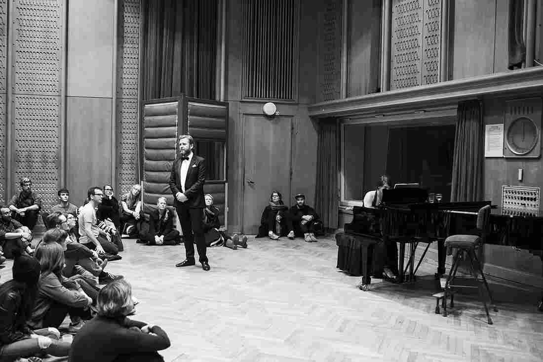 Ragnar Kjartansson and Ingibjörg Sigurjónsdóttir perform songs by Schumann in Saal 4 at the Funkhaus.