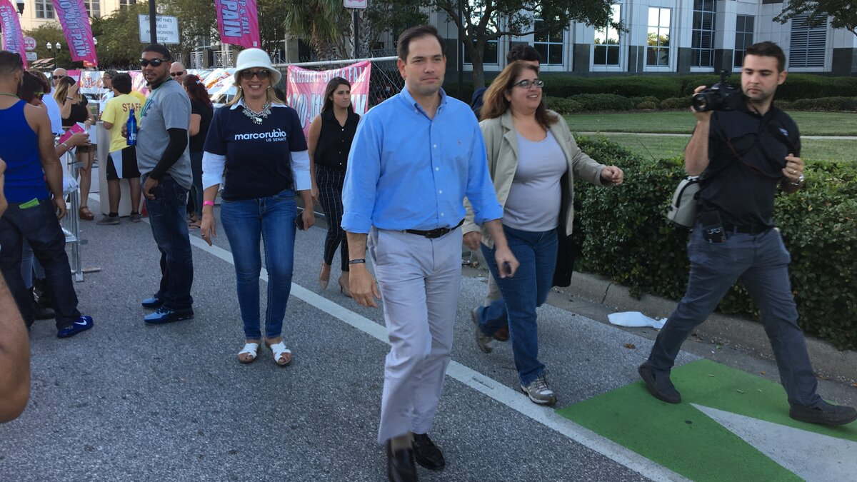 Rubio bood off stage by Latinos