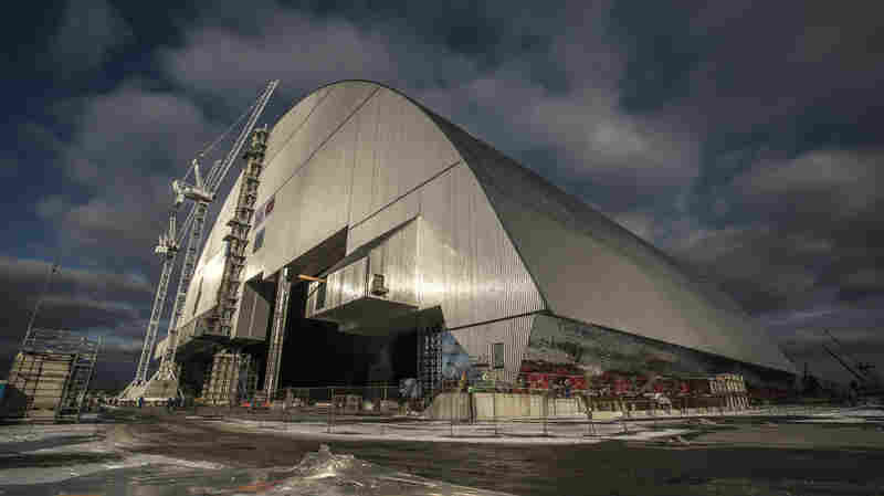 Gigantic Shield Moves Into Place To Cover Exploded Chernobyl Reactor